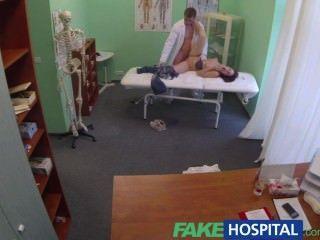 Médico fakehospital recebe bolas profundas com paciente bissexual enquanto namorado