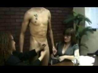 Hot sexy stud tirou fora por 2 mulheres