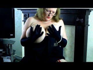 Sally maduro no vestido de noite e luvas pretas longas.