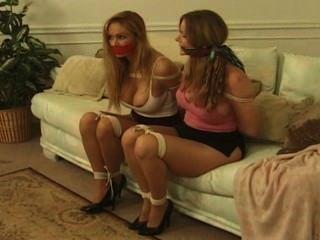 Meninas em um sofá