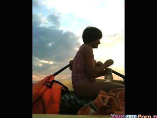 Adolescentes fode em um barco no lago