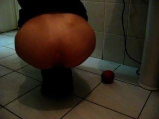 Inserção anal de maçã grande