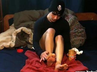 Gays xxx ele slathers a manteiga de amendoim em todos os seus dedos do pé antes