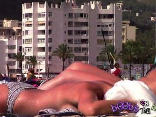 Tanlines epic e um mamilo perfurado em mamas falsificadas na praia topless