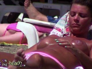 Grandes peitos falsos sobre a cama solta tindering e óleo de fricção em mamas enormes