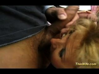 Naughty esposa desfrutando threesome