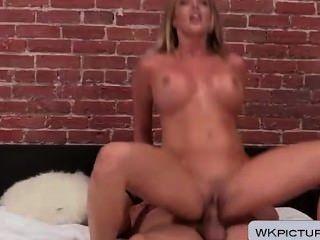 Samantha saint recebe seu rosto e fuzil penetrada pussy
