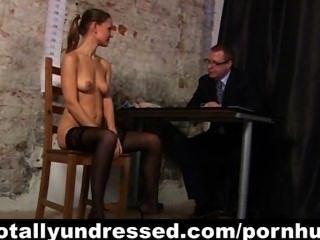 Entrevista de trabalho kinky para secretária sexy ruiva