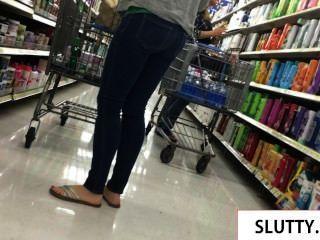 MILF sexy em jeans apertados andando