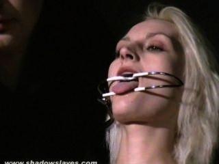 Extrema tortura de agulha e bdsm hardcore de escrava loira em grave