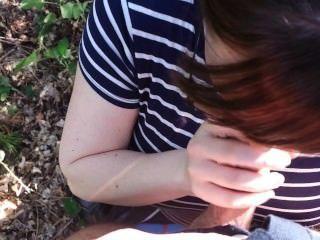 Enganando esposa chupa meu pau na floresta e me deixa cum em sua boca!