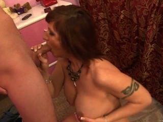 Dude batendo pussy maduro