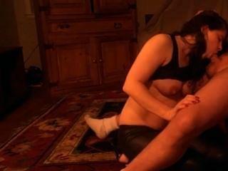 Slut Swinger esposa chupa um galo seco e obtém um grande facial