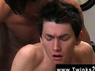 Sexy gay o twink está sofrendo de uma dor nas costas para que seu companheiro oferece