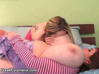 Garota morena desagradável fica comendo parte4