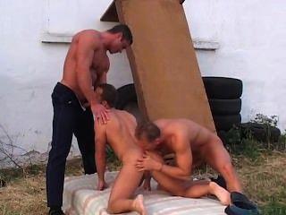 Dois policiais sexy fazem um cara