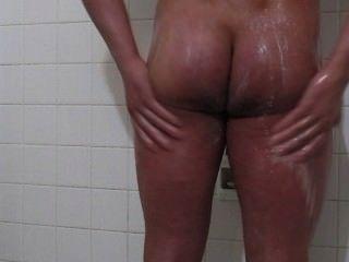 Cara impressionante do corpo toma um chuveiro e cums