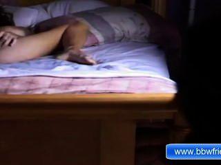 Menina de ébano sozinha masturbação na cama lá