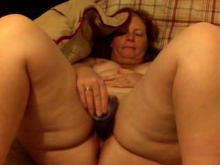 Grande ass mulher cabeça vermelha milf masturba-se com um vibrador