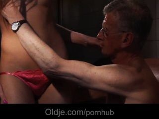 Oldman bonks o burro de uma menina de limpeza jovens slutty