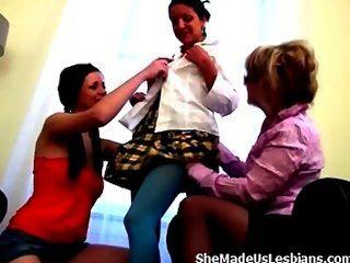 Professor velho apenas precisa alguma carícia destas meninas adolescentes doces