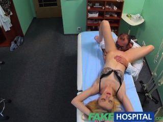 Doutores fakehospital massagem oral dá magro loira seu primeiro orgasmo