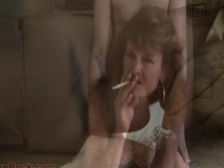 Sissy sexy fumante milf faz você gosta de sexo gay enquanto fucking