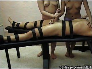 Duas lésbicas brincando com seu corpo