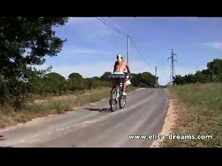 Nu na bicicleta pública e suja