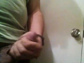 Puño no banheiro do trabalho