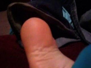Meias casuais fazendo cócegas e pés descalços