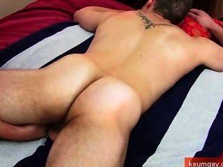 Massagem do burro para o indivíduo reto real!
