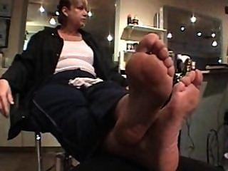 Madura senhora com curvy alta arched pés solas