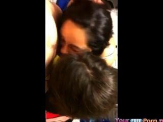 2 meninas compartilham um galo
