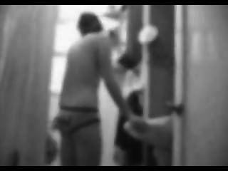 Menina escondida da webcam em tiras de banheiro fora