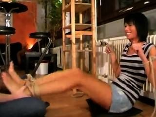 Nina meias e pés cheirando