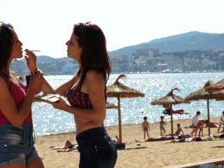 Duas meninas espanholas fumando