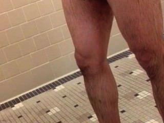 Galo marrom quente no ginásio chuveiros