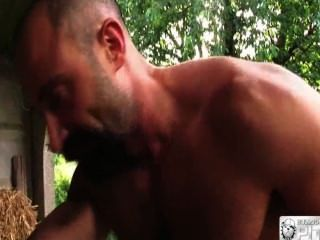 Metendo a rola e o punho no cuzão do barbudo parte 2