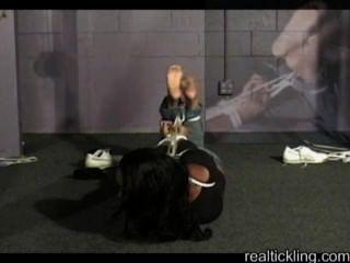 Menina de ébano amarrada meia e pés fazendo cócegas