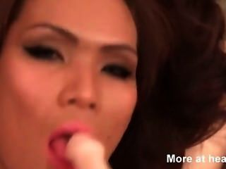 Transexual asiática fodendo ao redor com um vibrador