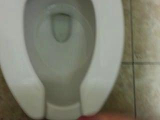 Masturbando-se em um banheiro público e ser pego !!