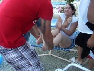Menina quente obter sapatos e meias removido e jogado na piscina