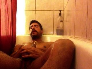 Mijando no chuveiro e sacudindo fora.