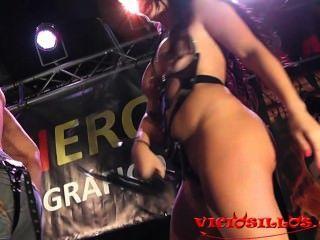 Amanda x driller dick bigtits morena no palco com público por viciosillos