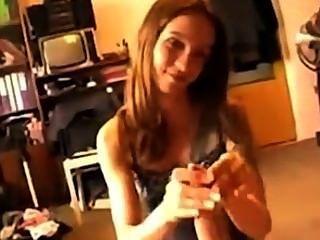 Ela adora acariciar galos