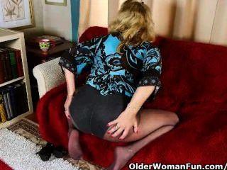 Escritório avó em meia-calça dá seu bichano velho um deleite