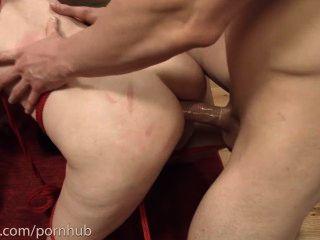 Degradado anal piggie faz ass para a boca com 2 caras e come seus burros