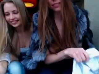 Duas meninas piscando em público
