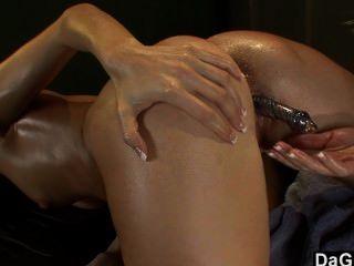 Uma sessão lésbica quente da massagem